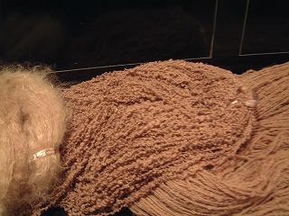 栗いがで染めた毛糸